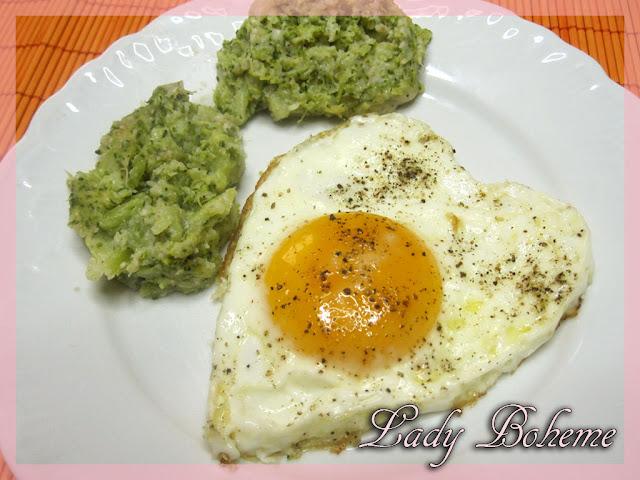 hiperica_lady_boheme_blog_cucina_ricette_gustose_facili_e_veloci_uovo_al_tegamino_a_forma_di_cuore_con_broccoli