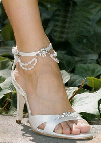 Wedding shoes with artistic diamond