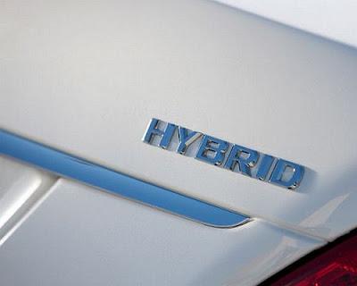 logotipo do mercedes hybrid proximo da lanterna traseira