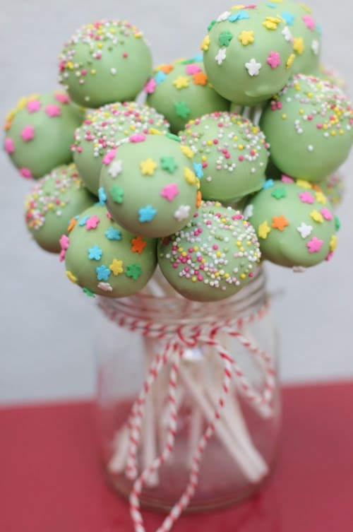 More birthday cake pops! I'm really pleased with this shade of green ...