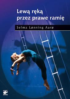Selma Lønning Aarø. Lewą ręką przez prawe ramię.