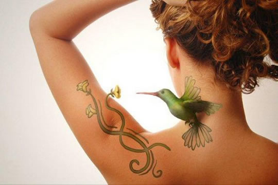 Tatuagens realistas em ilustrações de Tiago Hoisel