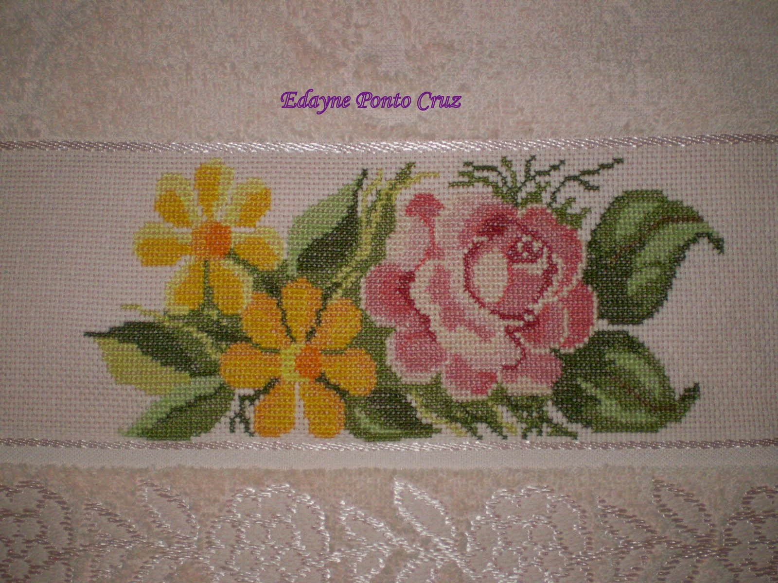 http://4.bp.blogspot.com/_SLKBtW8wcfA/THGEWRT3HkI/AAAAAAAABpA/7-H0GinSVfw/s1600/Detalhe+da+toalha+de+rosto+bordada+rosa.JPG