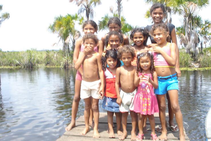 Crianças ribeirinhas amazônidas
