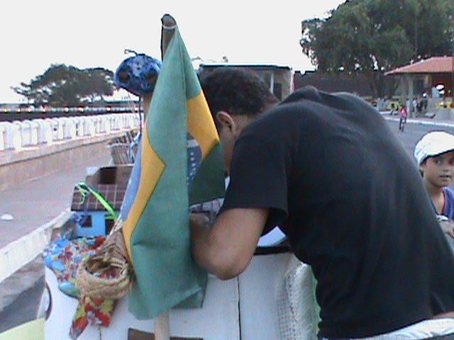 Jovem assina abaixo-assinado a favor da internet banda larga para o Amapá