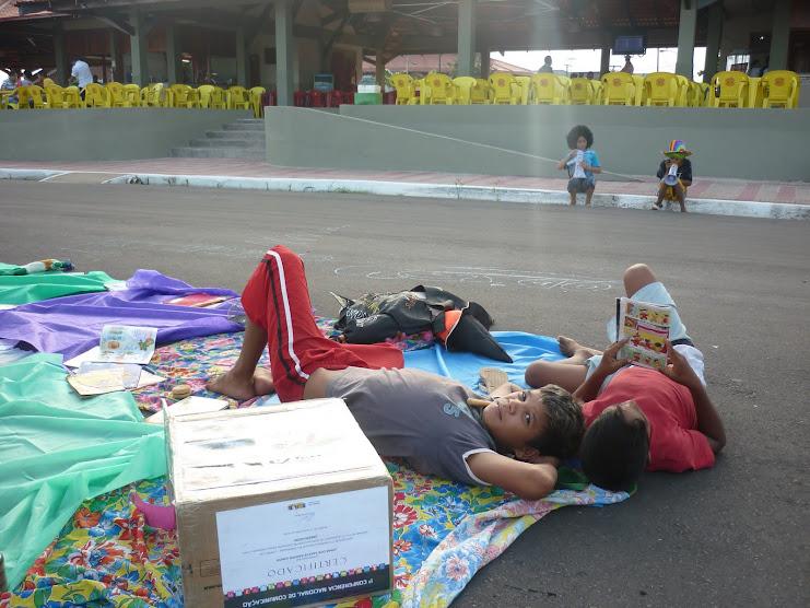 Incentivando a leitura com meninos de rua em Macapá-AP
