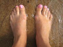 Mina fötter i ett sista dopp i augusti....