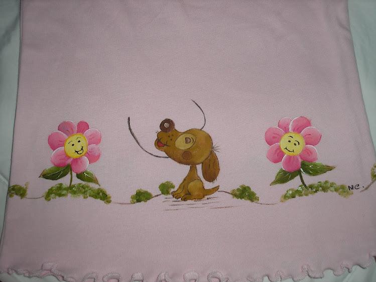 T-shirt com cão e flores
