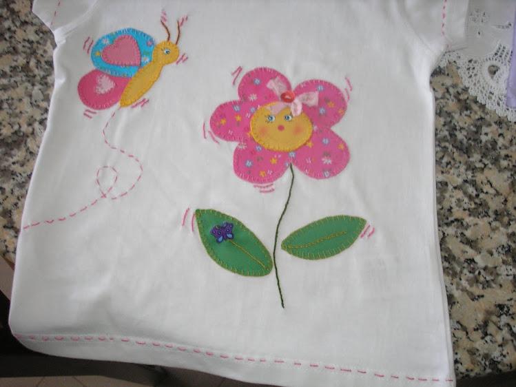 T-shirt de flor e borboleta