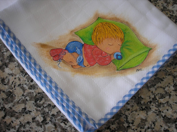 Menino a dormir na almofada