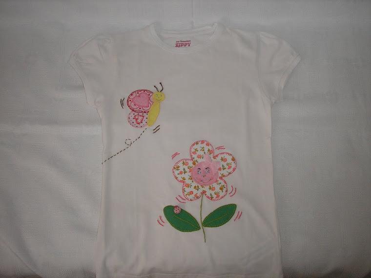 T-shirt com flor e borboleta