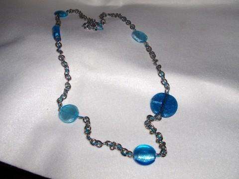 Colar em corrente e pedras azuis.