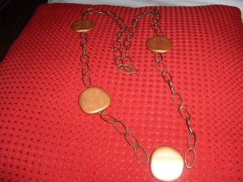 Colar elaborado com corrente bronze e contas grandes.