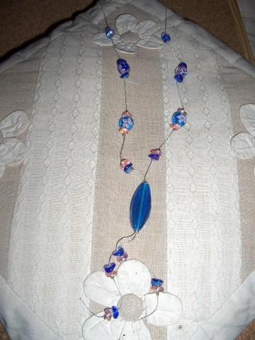Colar com contas de vidro azul.
