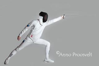 Sportlane vehlkeja mõõgaga fotostuudios