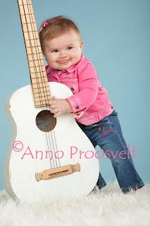 Beebitüdruk valge kitarri ja roosa tagiga Fotopesa stuudios