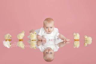 Beebitüdruk roosa tausta, tibude ja peegeldava pinnaga. Fotostuudio  Fotopesa Tallinnas