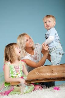 Rõõmsad lapsed ja ema pildistamas fotosalongis