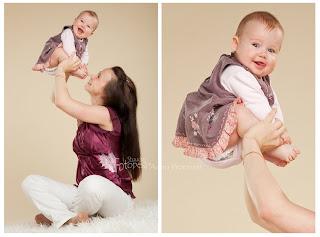 Ema võimleb rõõmsa beebitüdrukuga. Fotostuudio  Fotopesa Tallinnas