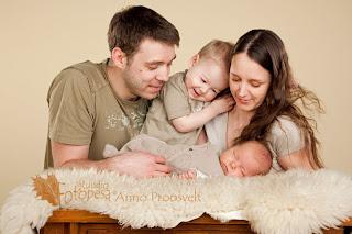 perekond, ema, isa ja lapsed fotostuudios, fotograaf Anno Proosvelt