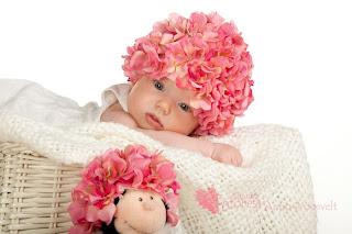 Beebitüdruk roosa mütsiga fotosessioonil fotostuudios pildistamas