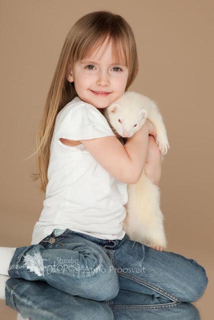 Rõõmus laps koos toreda lemmikloomaga. Kollane tuhkur oli fotosalongis esimene omatoaline.Pildistas Fotopesa Tallinnas
