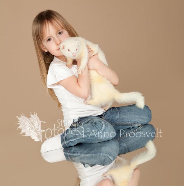 Tüdruk kollase tuhkruga fotostuudios poseerimas.  Fotopesa Tallinnas