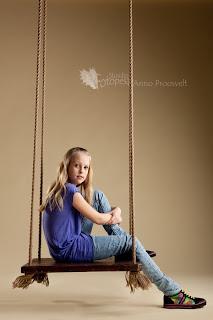 tüdruk istub kiigel