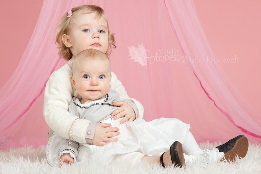 lapsed roosal baldahhiinil