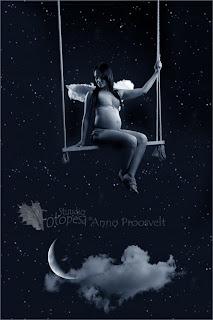 Öine taevas, lapseootel naine kiigel. Kuu,pilv,tähed.