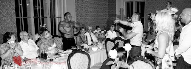 musklis peigmees- külalised pildistavad