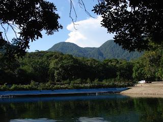 Uma das piscinas do Parque Caminho das Águas. Ao fundo, a Serra do Mar. Foto Borges de Garuva, 2007.