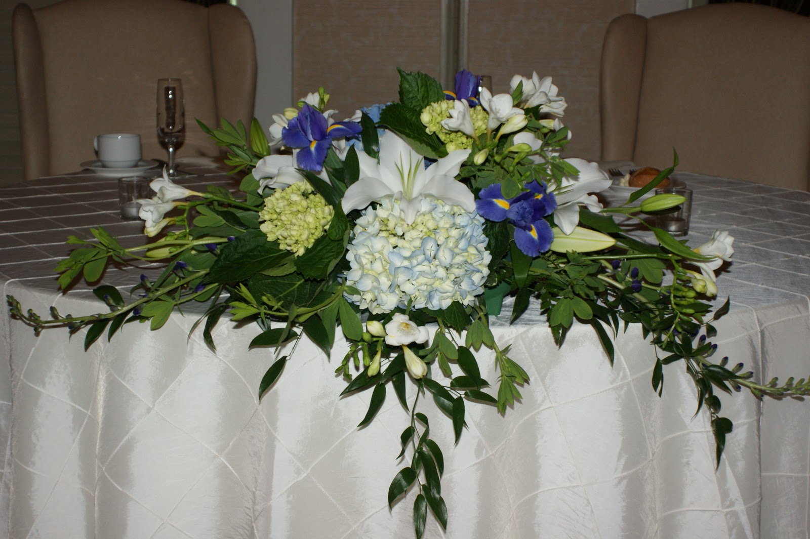 Felthousens florist greenhouse wedding head table for Table arrangements