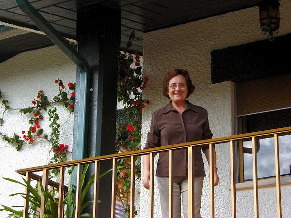 A Natalina do Sebastião, na varanda da sua casa.
