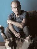 O cantor Ney Matogrosso acaricia sua gata tricolor