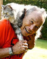 Ator Stênio Garcia carrega seu gato no pescoço