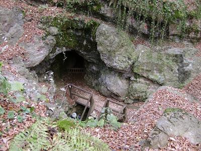 Pogled na rupu ulaza u rudnik odozgo
