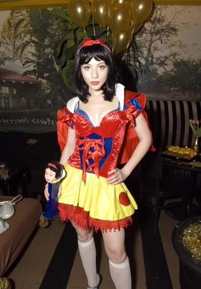 http://4.bp.blogspot.com/_SkRpVUIK1FE/TMeHVV0f0bI/AAAAAAAACls/PhsgjL2wk9Q/s1600/michelle_trachtenberg_snow_white_at_golden_blast_halloween_party_oct_31_2006_a5P9fvi.sized.jpg