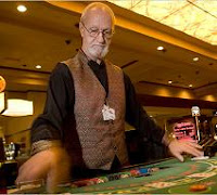 Dealer de poker en un casino
