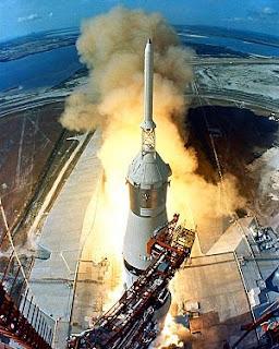 Saturno V en pleno despegue