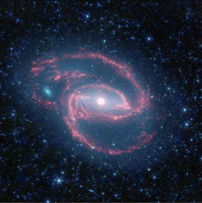Galaxia con forma de ojo y pupila de agujero negro