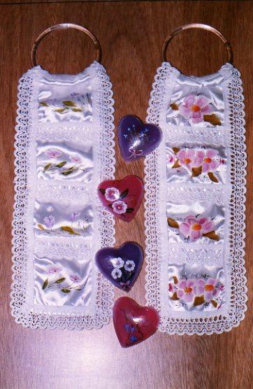 Portajabones de raso y jabones pintados a mano
