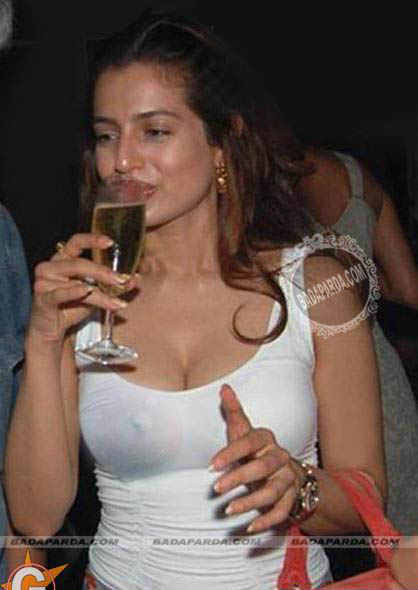 Amisha Patel Drunk and Nip Slip Picture