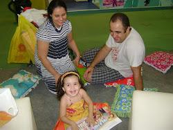 Rebeca e seus pais na Bienal