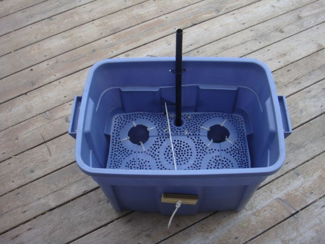when the container spreads gaps open up between the sides of the rubbermaid tub and the soil screen allowing excess potting mix to drop into the water - Rubbermaid Tubs