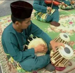 Satu set alat tabla atau do gendang juga merupakan alat muzik yang
