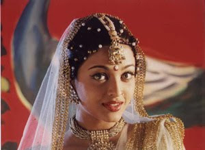 Ash wearing jhumar (Bindi) on her hair parting