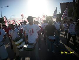 400 radicales riocolorandenses acompañando a Miguel.