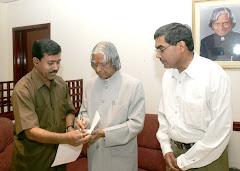 दीनदयाल शर्मा की पुस्तक द ड्रीम्स का लोकार्पण करते हुए डॉ. कलाम