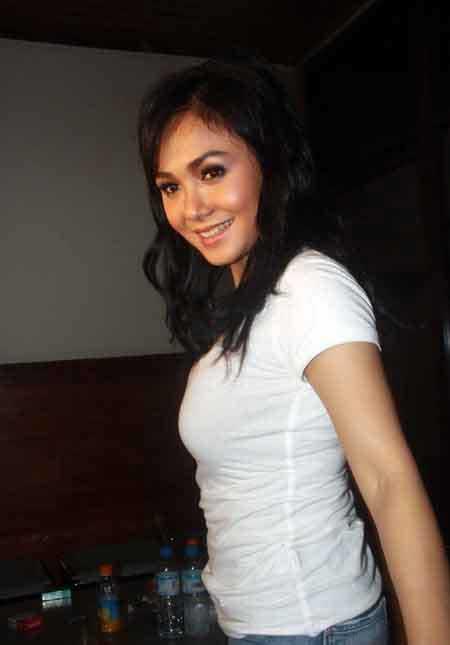 Photo Sexy Yuni Shara with White T-Shirt